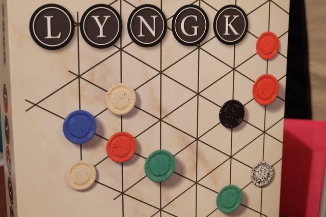 Le nouveau jeu de Kris Burm, dans un projet Gipf où on ne sait plus trop combien il y a de jeux, voici ce qu'il me tardait d'essayer lors de ces vacances 2017...