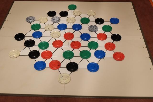 Au début de la partie, les pièces sont étalées de manière aléatoire. Aucune couleur n'appartient à personne (un peu comme dans Tintas chez Gerhards Spiel) et l'idée sera de revendiquer deux couleurs de pièces pour empocher des piles de 5 couleurs différentes. En gros.