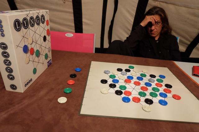 Oui, Julie sort sa tête des grands soirs, de ceux où un jeu abstrait est au programme... ;-) Sur la gauche, vous voyez les cinq pièces que l'on prend quand on décide de revendiquer une couleur.