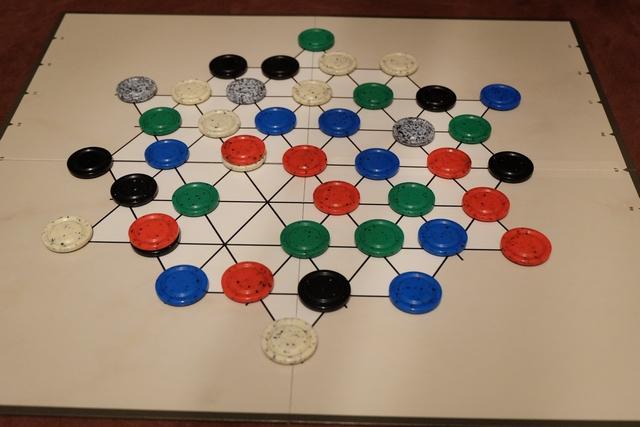 Voici la situation après un tour de jeu. Pour le tour de chaque joueur, voici quelques précisions : on peut déplacer une pièce (ou une pile) à condition que la couleur du haut ne soit pas revendiquée par l'adversaire et à destination d'une pile de hauteur maximum identique à celle déplacée et sans pièce de même couleur. Oui, relisez. Ça c'est le déplacement de base.