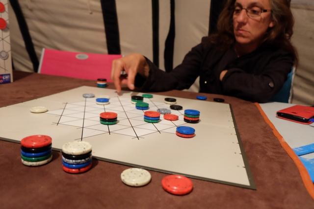 2 - 1 pour moi à présent. La partie s'achèvera quand on ne pourra plus jouer, ni l'un, ni l'autre. Bien sûr, Julie a revendiqué le bleu et le noir, tandis que j'ai revendiqué le blanc et le rouge.