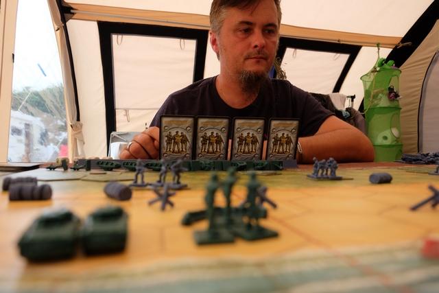 Sur cette photo réalisée par un reporter sur le terrain de la guerre, on peut voir que mon unité de 4 hommes a bien rejoint le fameux bunker (sur la droite). Les choses semblent s'équilibrer, voire je prends un petit ascendant sur mon fils...
