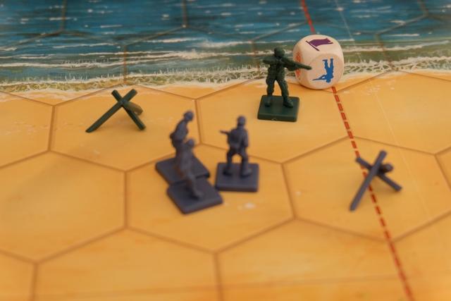 Alors que les alliés ont cru un instant qu'ils allaient remporter une victoire assez facile, au final, avec ce dé de retrait que le soldat allié isolé ne peut pas encaisser, la victoire revient au camp allemand !
