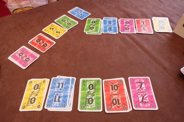Fin de la troisième manche, avec une seule de mes deux cartes 10 sauvée. Bon, la 11 bleue compense et, au final, ma technique n'était pas si idiote que ça. A retester en fonction du reste de ma main de cartes, sur une autre partie...