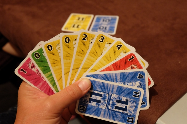 Allez, je vais tenter le tout pour le tout sur la dernière manche ! Avec mon 11 jaune et mon 10 bleu joué, je me dis qu'avec mes autres je vais tenter de ne rien prendre, sauf avec le 11 bleu sur la fin de partie ou quand ce sera propice. A tester...