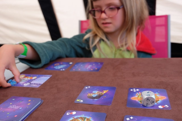 Elle va nous massacrer : Leila paie 4+2 = 6 cristaux pour acquérir la carte ci-dessus !