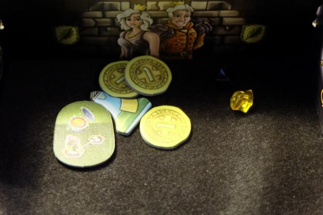 Voici mon petit butin derrière mon paravent, avec l'objet magique choisi, ma potion pour copier une action adverse (et lui donner la potion), quelques pièces d'or et quelques pierres.