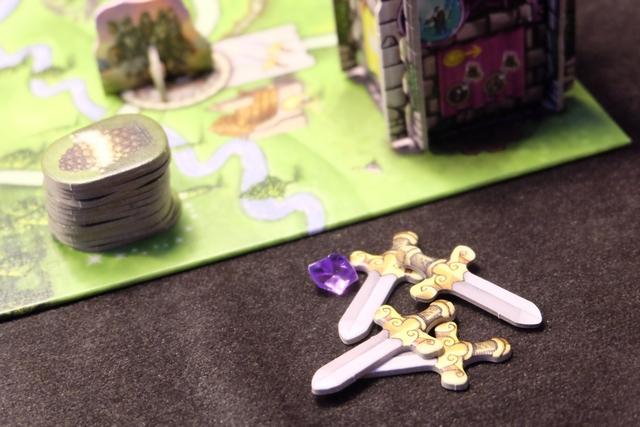 Un peu plus tard, après avoir été rendre visite au maître d'armes, j'ai obtenu pas moins de quatre épées joliment forgées : les deux premières car c'est l'action de base, les deux autres parce que je dépense une pierre précieuse violette pour en doubler l'effet.