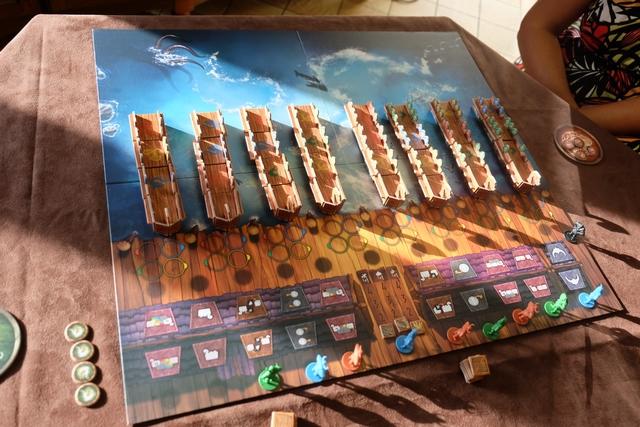 Le jeu consiste en une succession d'appareillages de drakkars, sachant que chacun d'eux est composé de parties assemblées aux couleurs des joueurs (Béatrice en rouge, Quentin en bleu et moi-même en vert). En bas du plateau, on voit les personnages aux mêmes couleurs, lesquels seront déplacés en face des actions réalisables (déplacer un morceau de drakkar, faire un pari, ...). Le but du jeu est d'être majoritaire sur le nombre de boucliers visibles sur les drakkars ayant appareillé...