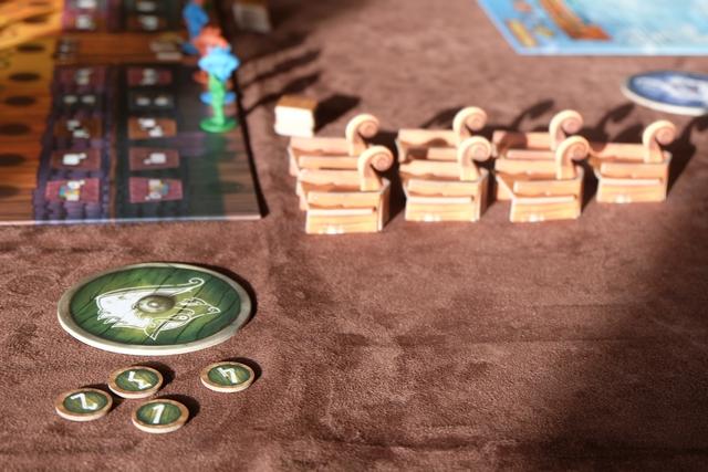 Chacun dispose de 4 jetons de paris qui seront placés en face des drakkars sur la couleur qu'on estime être majoritaire quand le drakkar partira. La valeur, de 1 à 4, est celle qu'on empochera en cas de pari correct. Le butin est aoros placé sous le grand bouclier de chaque joueur.
