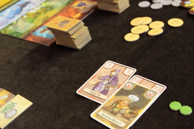 """Finalement, en jouant ma carte Sleeping Beauty, je remporte la tuile associée au MIN dans les rouges puisque je """"tue"""" ainsi ma carte 12..."""