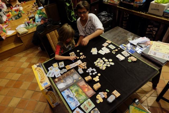 Comptage final des PV avec retournement de nos tuiles de trésors qu'on avait stockées face cachée...