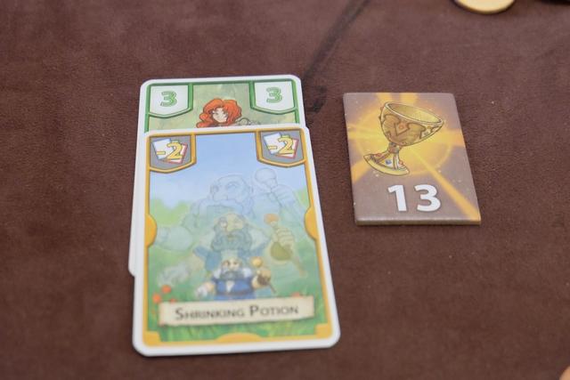 Et finalement je remporte effectivement le trésor Min sur les vertes en remportant l'égalité puisque je totalise 1 (comme un autre joueur) mais que ma carte 3 est plus élevée que l'autre... Trop fort !