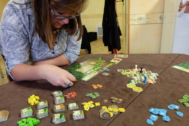 Angélique découvre le jeu et reconnaît, je crois, qu'il est tout sauf compliqué. Au pire, dirait-elle peut-être qu'on est un peu perdue parmi les possibilités.