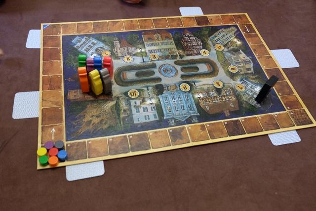 En début de partie les espions sont regroupés dans la chapelle et chaque joueur a pioché une carte en indiquant sa couleur, sachant qu'une couleur ne sera pas attribuée.