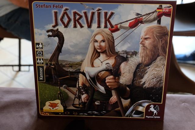 Sous son apparence trompeuse de grosse boîte, ce Jorvik est plutôt un simple jeu de cartes, finalement, avec un bel emballage : grand plateau, meeples, cubes, ...