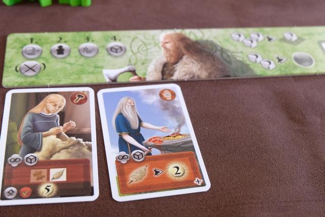 Voici mes deux cartes acquises lors de cette première série d'enchères. La première me rapportera 5 PV si je parviens à collecter et à placer dessus un cube de peau et un cube de laine. La seconde me permet de vendre des cubes de laine pour 2 PV par cube.