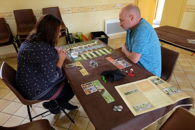 Cette partie se déroule à trois joueurs, Valérie utilisant les éléments jaunes, Yannick les rouges et moi-même les verts.