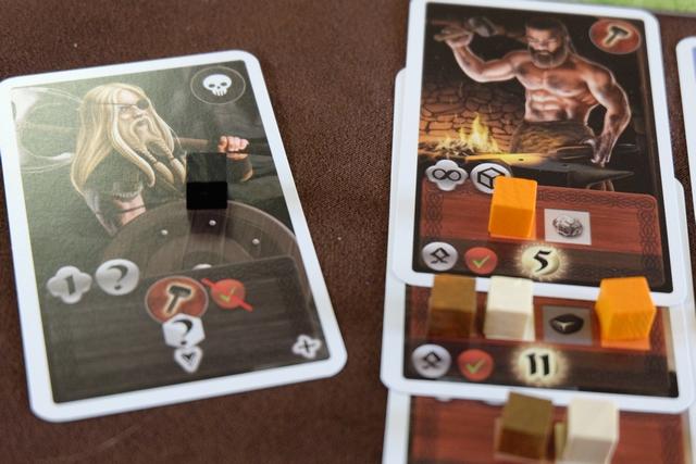 J'aime bien ces cartes de pirates... En effet, en les prenant moi-même, cela m'évite de me les prendre dans la gueule ! Ci-dessus, je me sers de ce pirate pour voler un cube à Valérie et terminer, ainsi, ma carte de 11 PV...