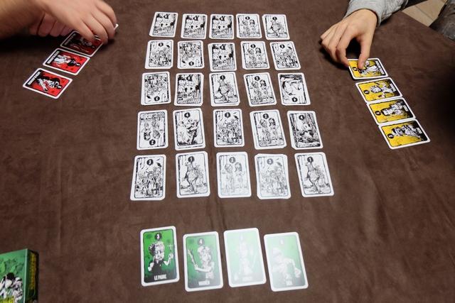 Sur la table, on a étalé 25 piles de deux cartes face visible, chacune d'elles présentant soit un lieu vide du zoo (valeur 0), soit un, deux ou trois mutants (valeur 1, 2 ou 3), soit un animal sain (valeur 4). Chaque joueur dispose d'un set de 4 cartes de famille, de valeurs 3, 4, 5 et 6, ces cartes lui permettant de sauver les animaux du zoo, de zigouiller les mutants rencontrés ou même de tuer les personnages adverses.