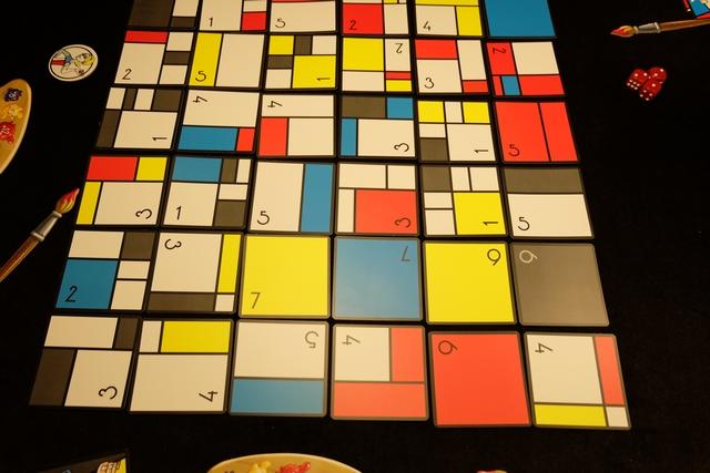 Le jeu se déroule en 4 manche, lors de chacune d'elles chacun projetant 2, puis 3, puis 4, puis enfin 5, dés sur le plateau constitué de cartes comportant valeurs et couleurs (et nombre de cases). Pour projeter les dés plusieurs moyens, mais on y reviendra, en tout cas voici la mise en place initiale de cette partie...