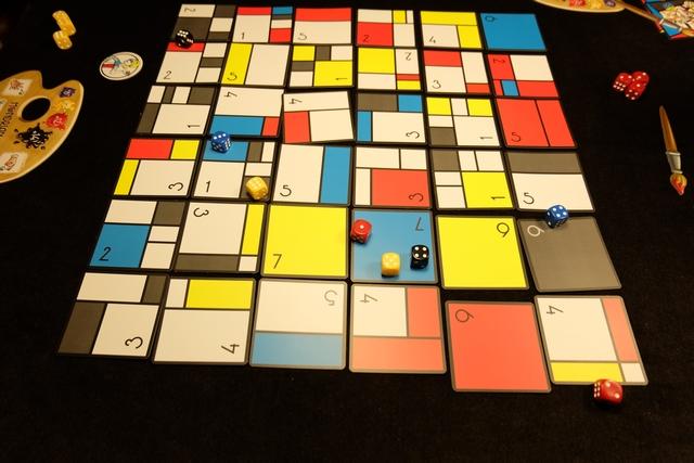 Fin du premier tour, avec les cartes qui vont être réparties comme suit : le premier joueur prend toutes celles auxquelles il a droit (quitte à payer l'écart de valeur avec une carte de sa main), puis c'est au joueur suivant etc... On s'est demandé si un dé revendiqué par joueur, à tour de rôle, n'aurait pas eu plus de saveur, mais rien n'est écrit dans la règle en ce sens...