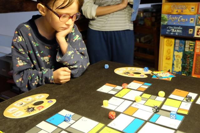 Réflexion intense pour Leila au moment de savoir où elle va projeter son dé... On ne dirait pas, hein, mais ce jeu a un certain côté tactique !