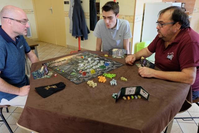 Nous jouons cette partie de découverte à 4 joueurs, Yannick (qui nous a très bien expliqué la règle, merci d'ailleurs) avec les rouges, Axel avec les jaunes, Jean-Luc avec les bleus et moi-même avec les verts...