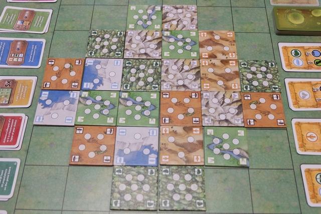La mise en place du jeu consiste principalement en l'installation d'un plateau de 22 tuiles de terrain, de 6 types possibles (désert et banquise avec 3 emplacements, savane et montagne avec 5 emplacements, forêt et prairie avec 7 emplacements). Chaque joueur prend aussi une espèce (un plateau individuel, des cubes d'une couleur et pas moins de 50 dés) et des cartes sont installées sur le plateau commun (objectifs de fin à gauche, développement marron ou vert à droite).