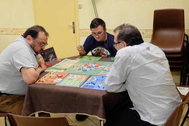 On est bien concentrés, ça oui, mais le jeu tourne très bien et n'est pas trop prise de tête. En revanche, on se demande combien de temps on va jouer car on a un mal fou à réaliser les cartes objectifs et qu'il en faut 5 d'un même joueur pour que la partie s'achève ! On en est à 0 chacun... ;-)