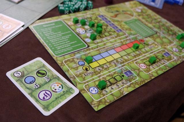 Ça y est, je joue enfin une bonne carte : je vais pouvoir monter d'un cran en évolution et sur un terrain de mon choix...