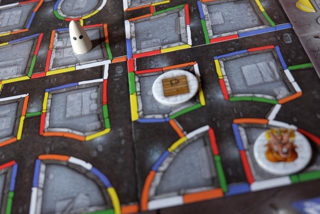 """Dans cet exemple de début de partie, il faut amener le fantôme jusqu'au promeneur en bas à droite en ne passant que par les murs d'une couleur. Le jeu se joue tous en même temps, à la Ricochet Robot, et j'annonce rapidement """"Booo Orange"""". Avez-vous vu le chemin ?"""