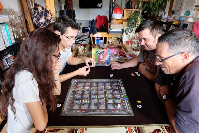 Le jeu est super agréable et bien stressant ! Nous y jouons à 4, avec Yann, Maitena, Joris et moi.