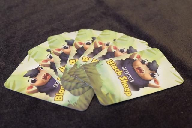 Chaque joueur reçoit une main de 7 cartes, dont un mouton noir et une carte spéciale. Les autres cartes sont des séries de 4 cartes de valeur 1 à 14 à 4 joueurs. Le truc du jeu, c'est qu'il va falloir aller piocher dans la main des autres joueurs, dans le but de se constituer des séries de cartes, sans prendre de mouton noir ! Un Stop ou Encore plutôt original, non ?