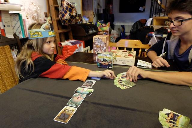 Leila est la première à tenter sa chance, sachant qu'elle a déjà pioché 2 cartes (en-dessous de la carte horizontale) et qu'elle peut changer de joueur pour piocher quand elle le souhaite.