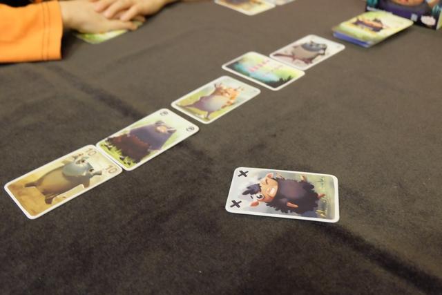 Aïe ! Tristan pioche mon mouton noir dans ma main, ce qui arrête son tour ! Il remet dans sa main toutes les cartes qui étaient sur la table, sans avoir le droit d'en placer de visibles sur la table, ce qui va le définir en cible privilégiée pour la suite puisqu'il aura plus de cartes que les autres... Bien sûr, je récupère mon mouton noir et complète ma main à 7 cartes, avant de jouer mon tour. Et ainsi de suite...
