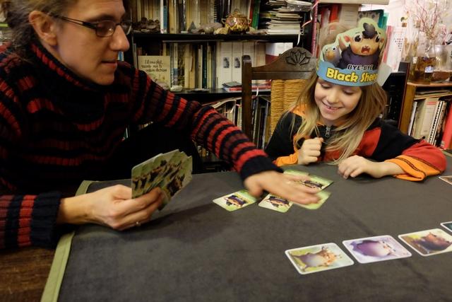 Assez rapidement, il s'avère qu'il est quand même vachement (moutonnement ?) plus facile d'étaler ses cartes sur la table pour que les autres piochent...