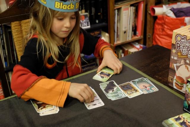 Leila nous met minable, réussissant à amasser assez facilement les cartes qu'elle étale tranquillement sur la table !
