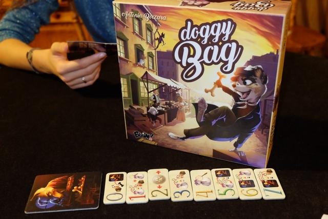 Deuxième jeu pratiqué ce soir, Doggy Bag, avec un thème hautement improbable (des chiens qui volent des os à leur mentor, lui-même haut-voleur et grand chef des toutous !). Ci-dessus, vous voyez les 8 tuiles d'action sur lesquelles je reviendrai...
