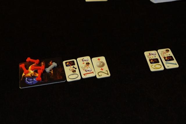Quand Fagin surprend un joueur (un os noir a été pioché), il récupère sur sa tuile tous les os piochés sauf les gris.