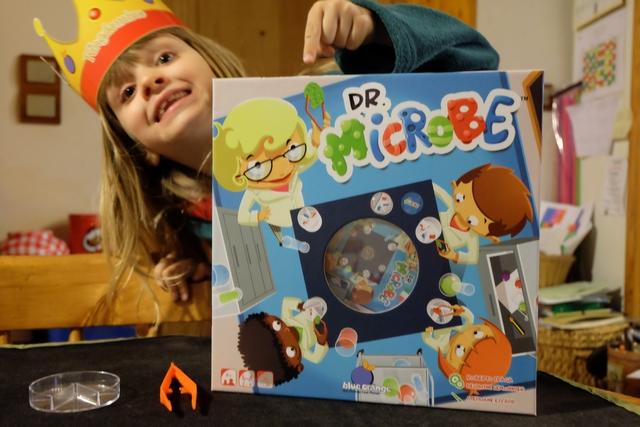 Pas peu fière demoiselle Leila devant sa boîte de Dr. Microbe... Et, mais en plus elle m'a chipé ma couronne !!! ;-)