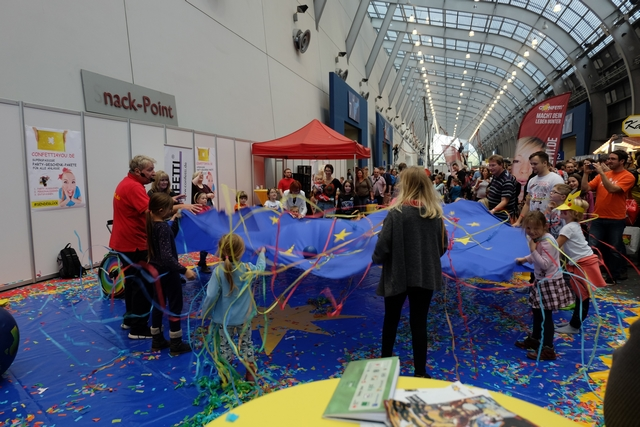 Feu d'artifices de confettis et cotillons, couplé à un parachute géant ! Les enfants sont aux anges...