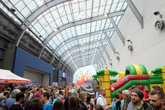 Magnifique plafond de verre dans la Galeria, avec des jeux pour enfants, de type châteaux gonflables, mais pas que...