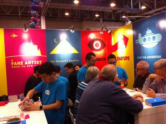 Reiner Knizia présente des prototypes à l'éditeur Oink Games qui a d'ailleurs ressorti Modern Art cette année...