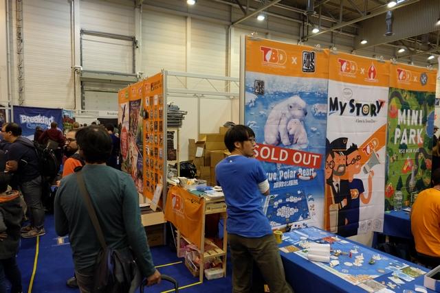 L'éditeur de Rescue Polar Bears en train d'apposer la mention Sold Out sur l'affiche du jeu en ce samedi 28 octobre après-midi... Pas mécontent d'être allé en récupérer une boîte le matin même, il est vraiment superbe !