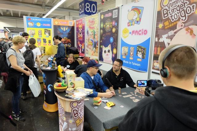 Sur le très joli stand de Mo Zi Games, sur lequel j'ai pris Oh, Yummy Burger to Go !, une petite interview en cours...