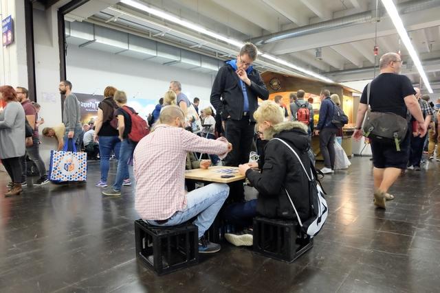 Le bon plan, visiblement, pour trouver une table pour jouer : quelques caisses de bières et une planche ! Malin ces allemands... ;-)