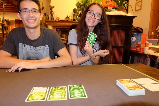 Maitena dépasse la valeur 15 en cumulant sa seule carte en main et l'étalage, du coup elle perd cette partie, remportée par celui qui a le plus gros total encore en main.