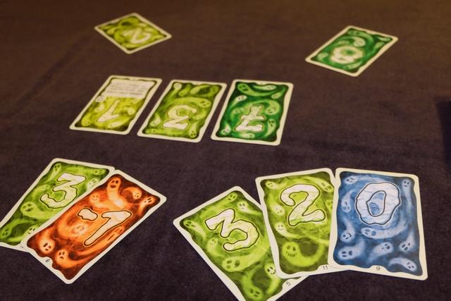 Avec mon total de 5 en valeur, je remporte cette première partie. On va -évidemment- continuer à jouer, sachant qu'on élimine la carte de Maitena (et celles qu'elle aurait eu en main si ça avait été le cas) et qu'on remélange les autres cartes jouées ainsi que l'étalage, lesquelles sont replacées sur la pioche. Zou !