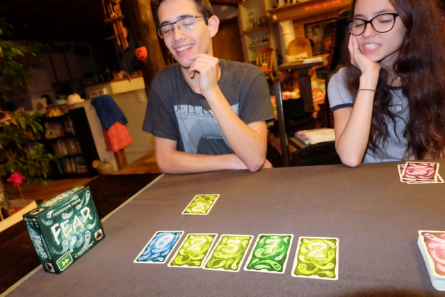 Avec son 2 en main, Joris excède la fatidique limite de 15 quand on cumule une de ses cartes avec l'étalage. Il semble qu'une bonne stratégie est de réussir à avoir deux cartes en main, dont une faible si possible, historie de s'en sortir. Fin de la deuxième partie...